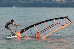 Vindsurfar al Lago di Bourget - Aixles Bains Savoia - Francia Royaltyfria Bilder
