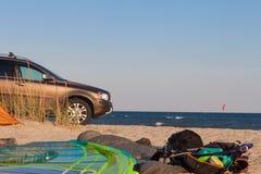 Vindsurfar kitesurfbegreppsbakgrund med bilen, tältet, havet, freedo Fotografering för Bildbyråer