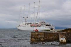 Vindsurfar kryssningskeppet som lastar av passagerare på Portrush Royaltyfri Foto