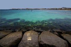 Vindsurfar pirfartyget i den blåa himlen   arrecife teguise lanzarote Royaltyfri Foto