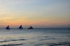 Vindsurfare med sunsetting i horisonten arkivfoton