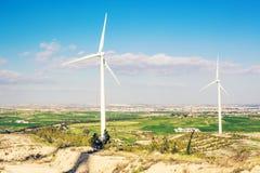 Vindturbin för alternativ energi wind för turbin för ström för propp för panel för holding för hand för green för bakgrundsbegrep fotografering för bildbyråer