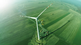 Vindturbin - grönt energibegrepp, flygbild uppifrån royaltyfria bilder