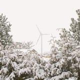Vindturbin i vinter Arkivfoto