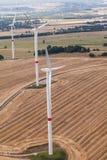 Vindturbin på ett fält, flygbild Arkivbilder