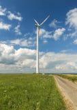 Vindturbinen producerar energi Royaltyfria Foton