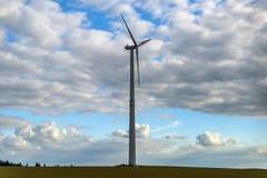 Vindturbinen producerar energi Arkivfoto