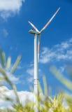 Vindturbinen producerar energi Arkivfoton