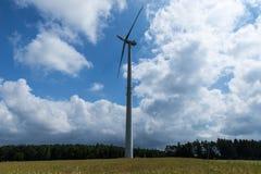 Vindturbinen producerar energi Arkivbilder