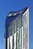 Vindturbiner överst av modern byggnad arkitektoniskt byggnadsdetaljtak Royaltyfria Bilder