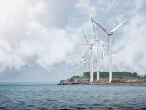 Vindturbiner för alternativ energi på vatten Arkivbilder