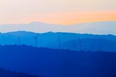 Vindturbiner i det Tuscany landskapet Arkivfoto