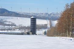 Vindturbiner på en kant i vinter Arkivfoto