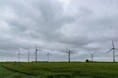 Vindturbiner på ett fält i Tyskland royaltyfria bilder