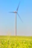 Vindturbiner på grönt vetefält Arkivfoto