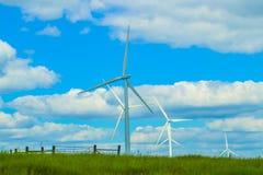 Vindturbiner på horisonten av Oklahoma Prarie under en molnig blå himmel fotografering för bildbyråer