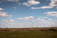Vindturbiner på vindlantgård på den statliga vägen 43 på tvärgatorna mellan Chicago och Indianapolis Royaltyfri Fotografi