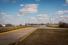 Vindturbiner på vindlantgård på den statliga vägen 43 på tvärgatorna mellan Chicago och Indianapolis Fotografering för Bildbyråer
