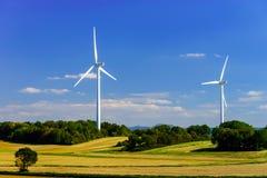 Vindturbiner som frambringar elektricitet i windfarm Arkivfoton