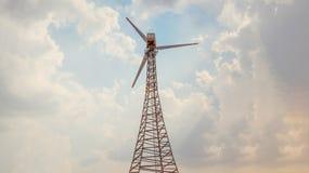 Vindturbiner som frambringar elektricitet med blå himmel och molnet arkivfoton