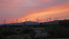 Vindturbiner som rotera på solnedgången i Mohave Kalifornien arkivfilmer