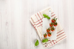 Vine of cherry tomatoes on the cutting board Royalty Free Stock Photography