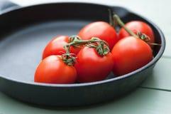 Vined-Tomaten in Pan Lizenzfreies Stockfoto