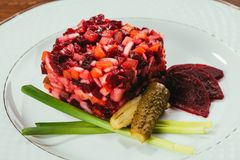 Vinegret-Salat diente mit Frühlingszwiebel und in Essig eingelegter Gurke stockfotografie