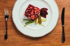 Vinegret-Salat diente mit Frühlingszwiebel und in Essig eingelegter Gurke lizenzfreie stockfotografie
