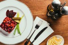Vinegret-Salat diente mit Frühlingszwiebel und in Essig eingelegter Gurke stockbilder