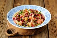 Vinegrette russe de salade de betteraves dans le plat bleu Images libres de droits