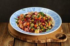 Vinegrette russe de salade de betteraves dans le plat bleu Photo stock