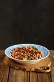 Vinegrette russe de salade de betteraves dans le plat bleu Photo libre de droits