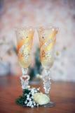 Vinexponeringsglas för bruden och brudgummen Royaltyfria Bilder