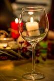 Vinexponeringsglas framme av stearinljus Royaltyfri Bild