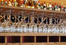 Vinexponeringsglas i avsmakningrum Arkivfoto
