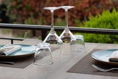 Vinexponeringsglas i ett kafé royaltyfri bild