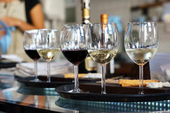 Vinexponeringsglas i kafé Royaltyfria Foton
