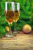 Vinexponeringsglas, julleksaker, nära träd för nytt år Royaltyfria Bilder
