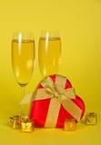 Vinexponeringsglas med champagne- och feardformen boxas royaltyfri bild