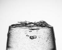 Vinexponeringsglas med kolsyrat vatten Royaltyfria Foton