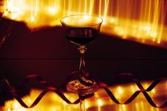 Vinexponeringsglas, med linjer av ljus i bakgrunden royaltyfri foto