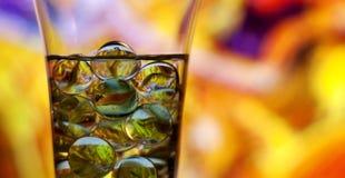 Vinexponeringsglas med marmor Gulna abstrakt bakgrund Royaltyfria Bilder
