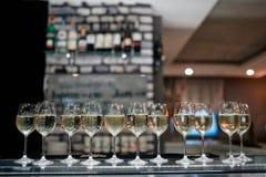 Vinexponeringsglas med vitt vin arkivbild