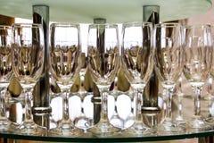 Vinexponeringsglas och tabellinbrottrestaurang Arkivfoton