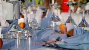Vinexponeringsglas på den eleganta tabellinställningen Fotografering för Bildbyråer