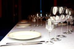 Vinexponeringsglas på en buffétabell Royaltyfri Fotografi