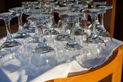 Vinexponeringsglas på en tabell i en restaurang Arkivfoto