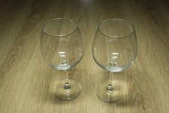 Vinexponeringsglas på en trätabell Royaltyfria Foton