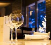Vinexponeringsglas på restaurangen Royaltyfri Foto